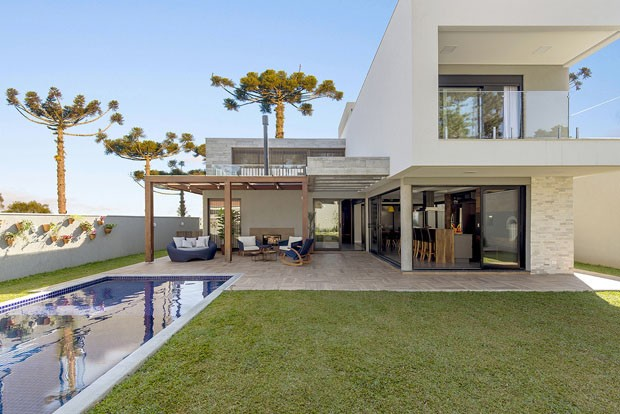 Uma casa com desenho minimalista e texturas r sticas for Foto casa classica