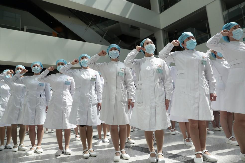 12 de maio - Enfermeiras usando máscaras participam de um evento realizado para marcar o Dia Internacional das Enfermeiras no Hospital Wuhan Tongji, em Wuhan, a cidade chinesa mais atingida pelo surto de doença por coronavírus (COVID-19) — Foto: China Daily via Reuters