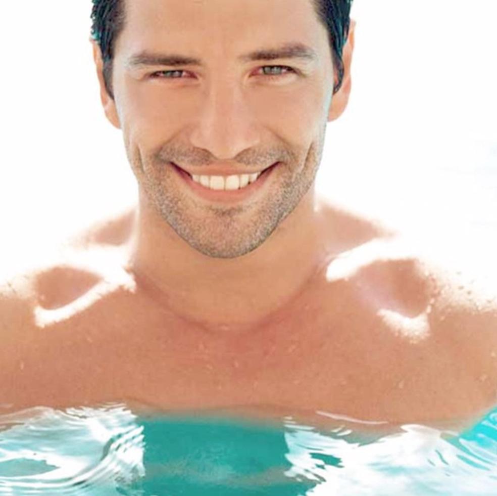 Foto do ator e cantor grego Sakis Rouvas, usada para ilustrar perfil falso (Foto: Reprodução)