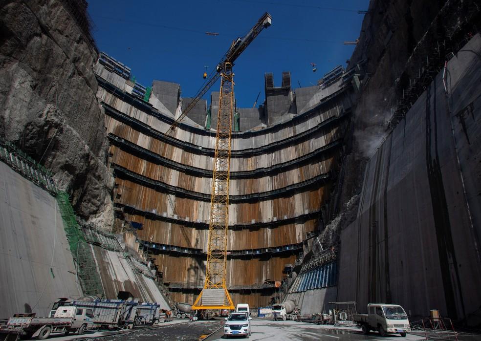 Um guindaste é visto perto da represa da usina hidrelétrica de Wudongde, em construção, no rio Jinsha, entre a província de Yunnan e a província de Sichuan, na China — Foto: Stringer/Reuters