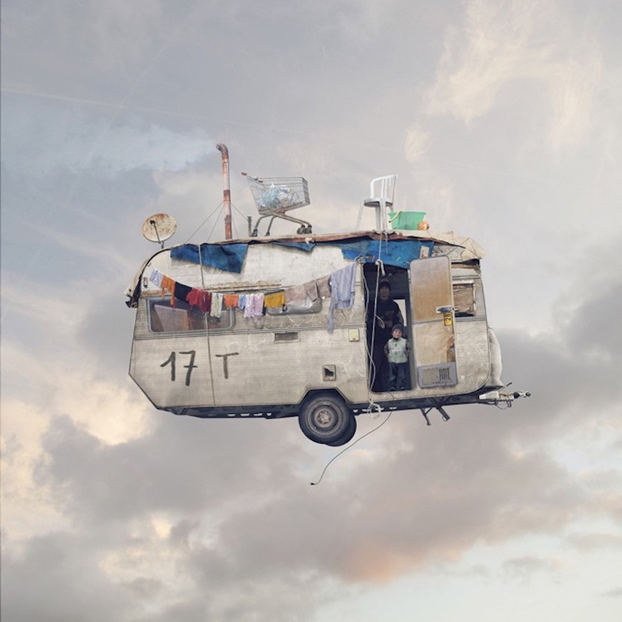 "Foto da série ""Flying Houses"", de Laurent Chehere"