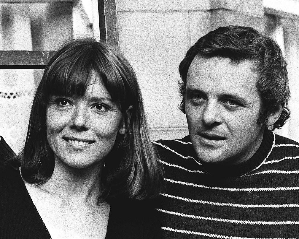 Diana Rigg e o ator Anthony Hopkins na estreia de 'Macbeth' no National Theatre, em Londres. Foto de setembro de 1972 — Foto: Bob Dear/AP/Arquivo