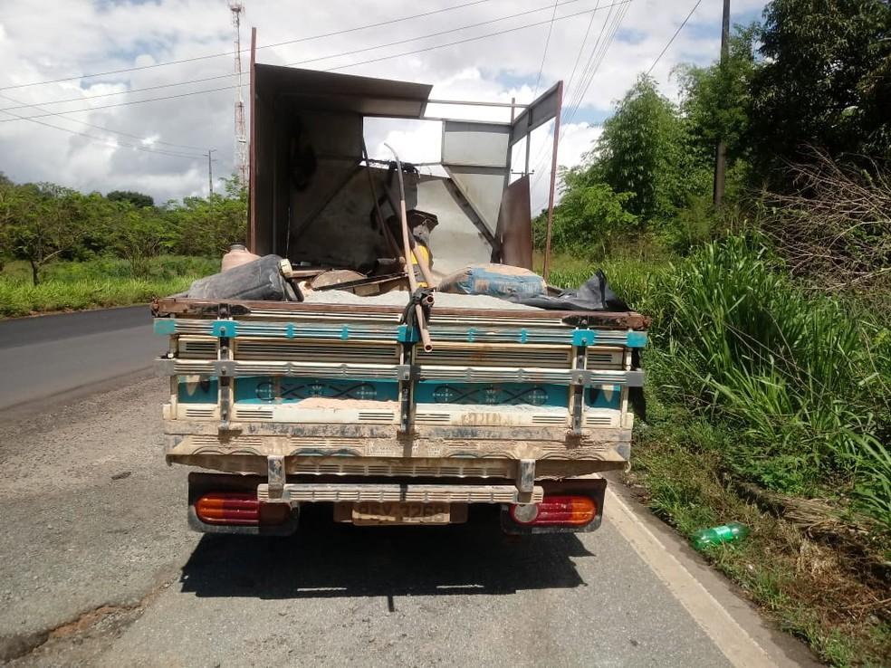 Caminhão de pequeno porte apesar de saído da pista não chegou a tombar na BR-135 — Foto: Divulgação/Polícia Rodoviária Federal