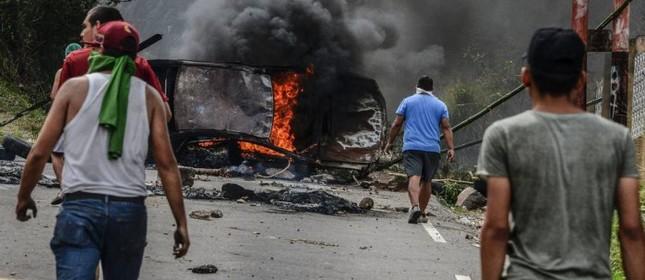 Manifestantes montam barricadas em protestos contra o presidente Nicolás Maduro, na cidade de San Cristobal    (Foto: GEORGE CASTELLANOS / AFP  )