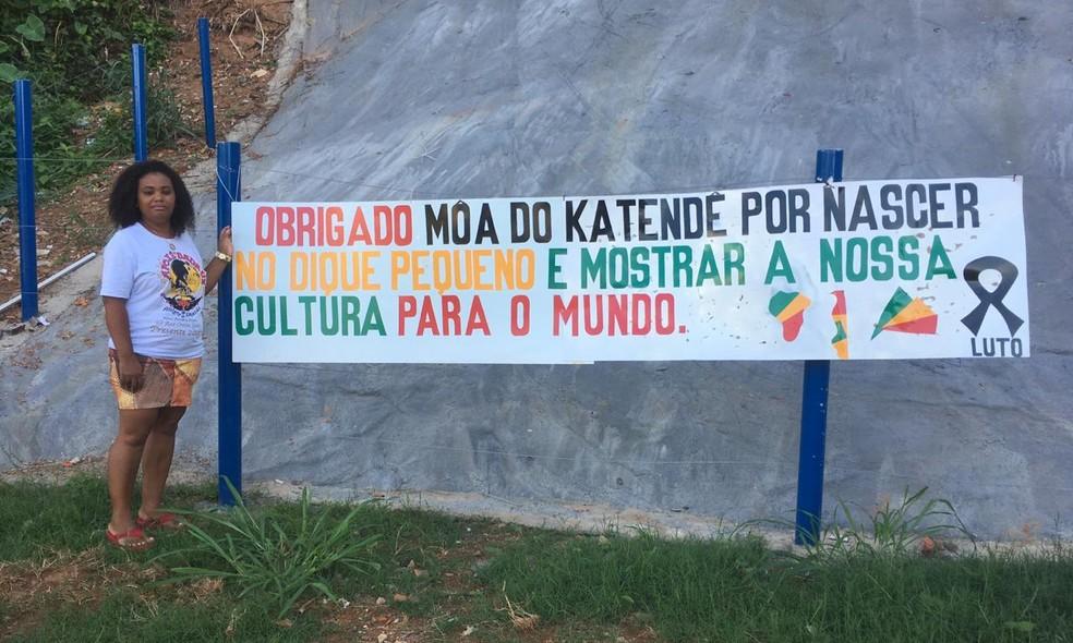 Moradores do Dique Pequeno fizeram homenagem ao Mestre Moa do Katendê — Foto: Valma Silva / G1 BA