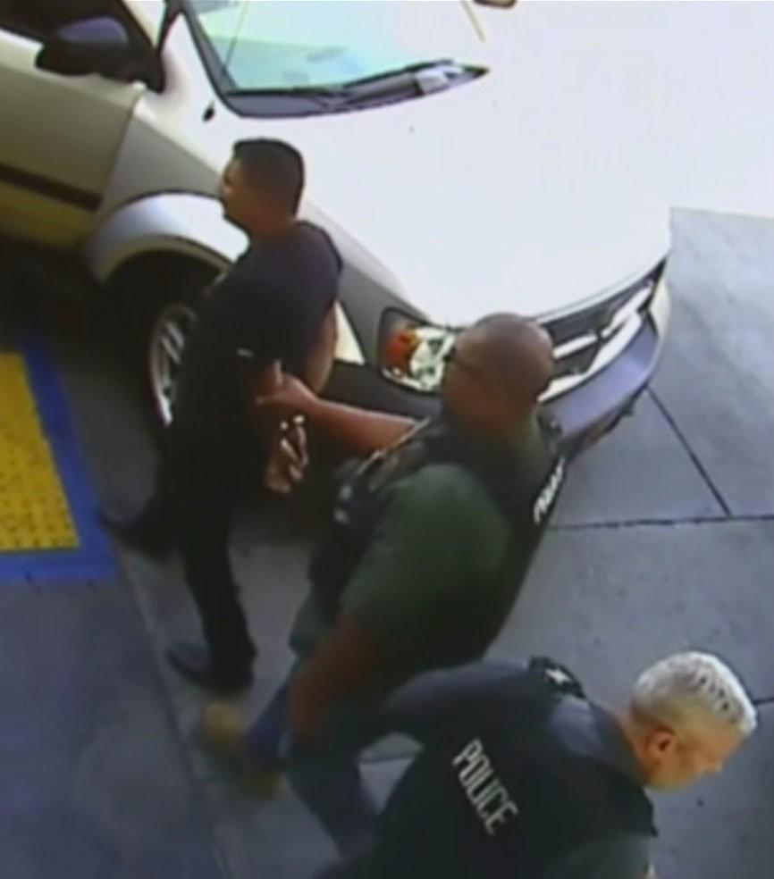 O homem foi preso por agentes da imigração (Foto: Reprodução/ CCTV/ CBS)