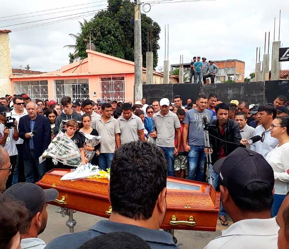 Multidão se reúne em enterro de motorista, vítima de acidente entre ônibus e carreta na Bahia — Foto: Divulgação/Prefeitura de Euclides da Cunha