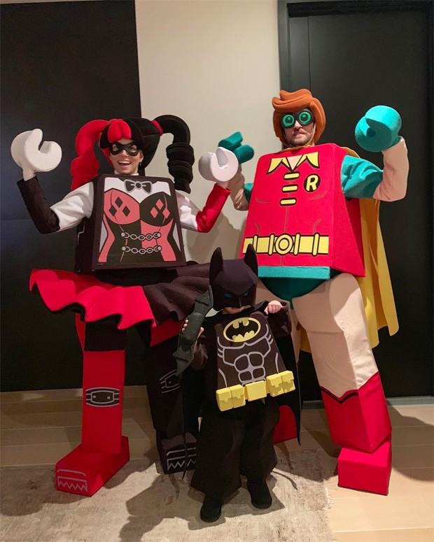 Justin Timberlake, Jessica Biel e o pequeno Silas investiram em uma fantasia de Lego (Foto: Reprodução/Instagram)
