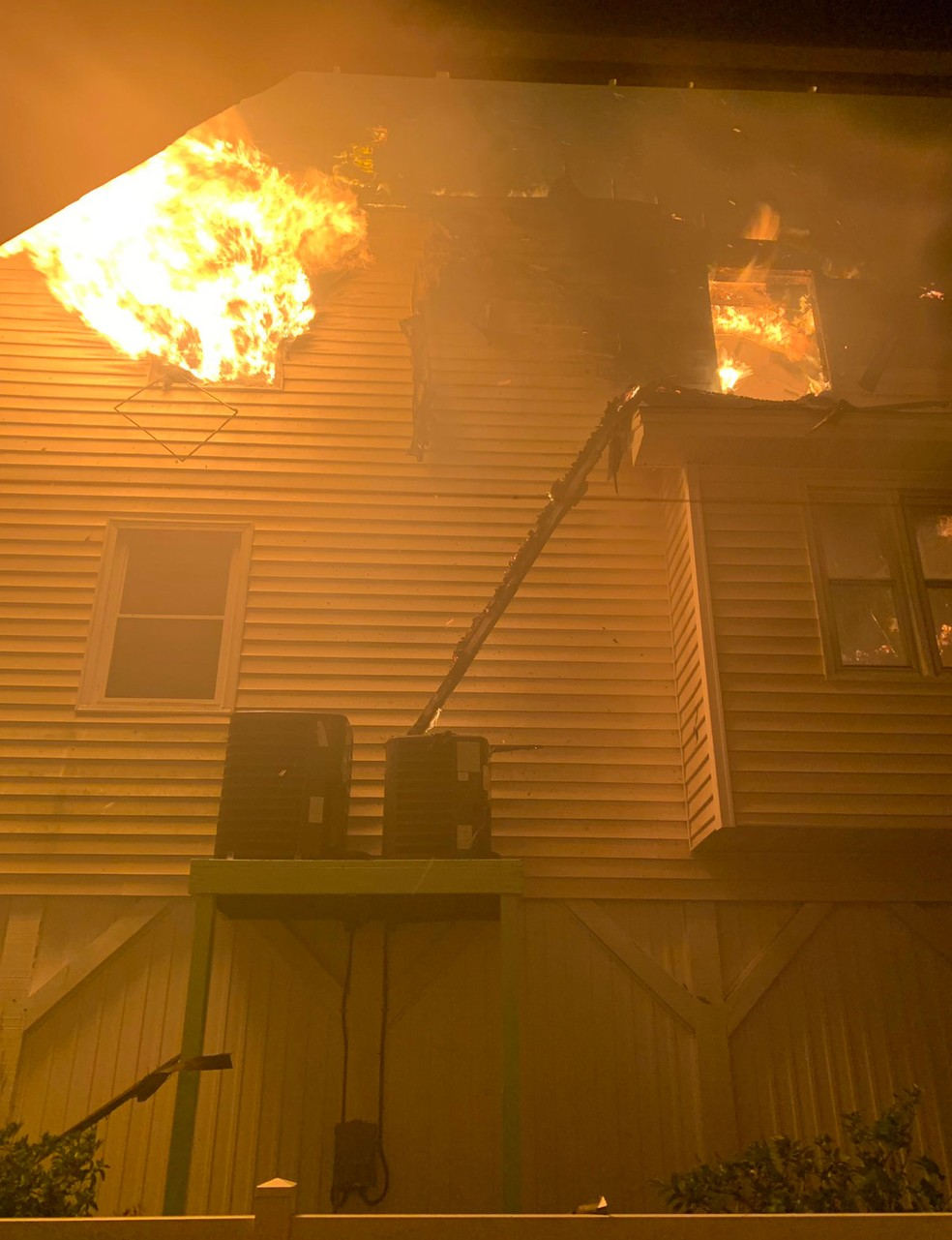 Passagem do furacão Isaías provocou incêndio em Ocean Isle Beach, Carolina do Norte, nesta terça-feira (4)  — Foto: Horry County Fire Rescue via AP