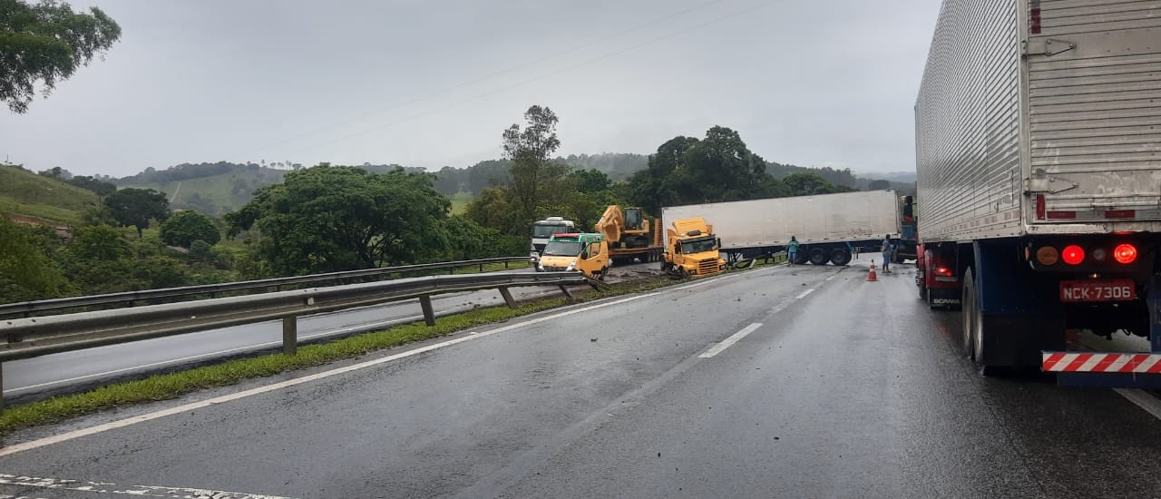 Carretas se envolvem em acidente na BR-381 em Oliveira