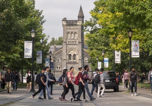 Estudantes andam em frente à Universidade de Toronto (Foto: Reprodução/ Facebook Universidade de Toronto)