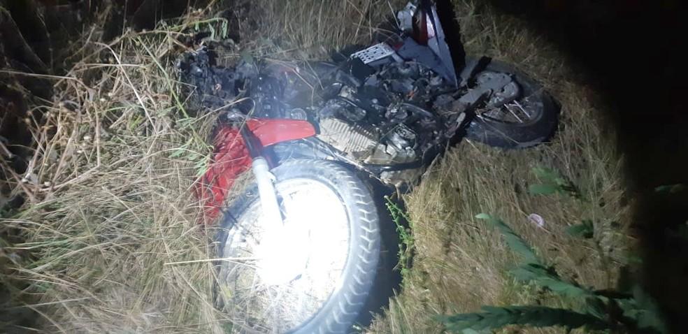 Moto foi atingida por um caminhão na BR-104, em Panelas — Foto: PRF/Divulgação