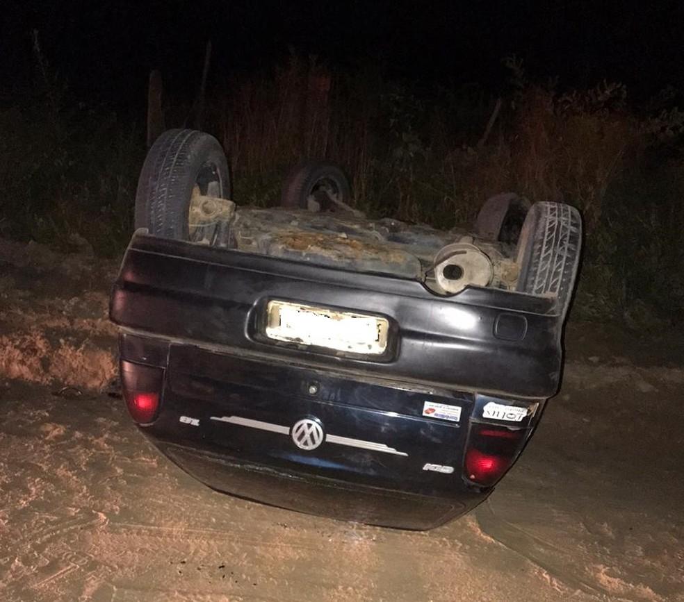 Carro dos suspeitos em fuga capotou em uma estrada que dá acesso ao município de Acarape — Foto: Reprodução