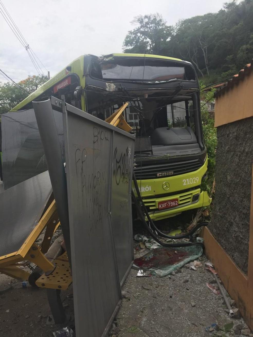 Ônibus atinge passageiros em ponto em Niterói — Foto: Reprodução/Redes Sociais