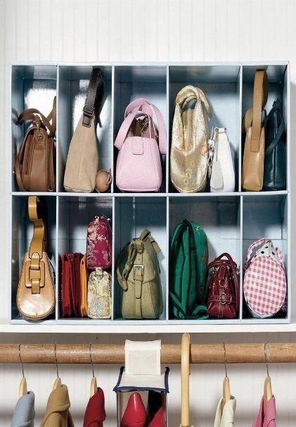 Que tal arrumar aquele cantinho repleto de bagunça? Ótima ideia para organizar as bolsas incluindo divisórias para cada uma! (Foto: Reprodução/Pinterest)