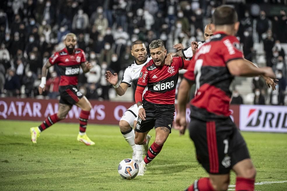 Arrascaeta no lance em que o VAR interveio para que o pênalti fosse marcado — Foto: Alexandre Vidal/Flamengo