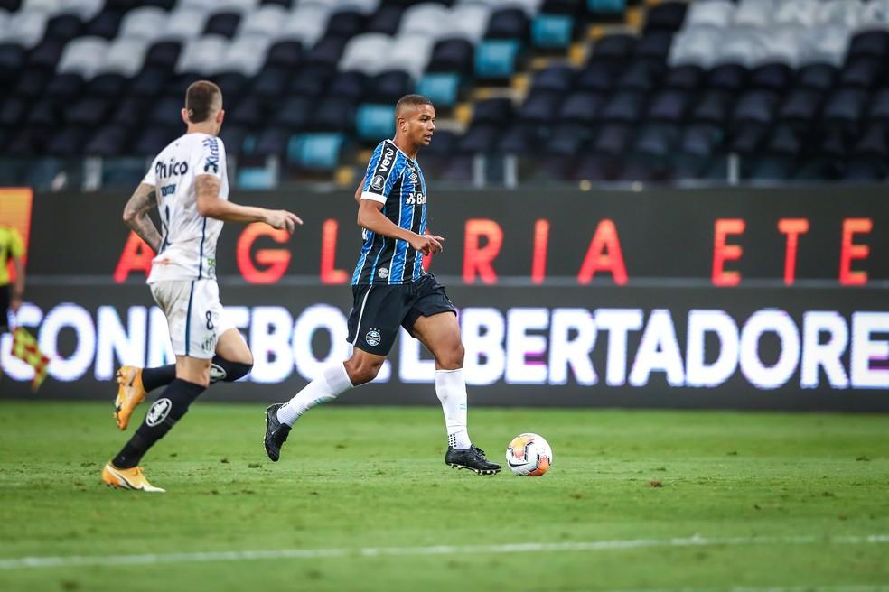 David Braz em ação pelo Grêmio contra o Santos — Foto: Lucas Uebel/Grêmio
