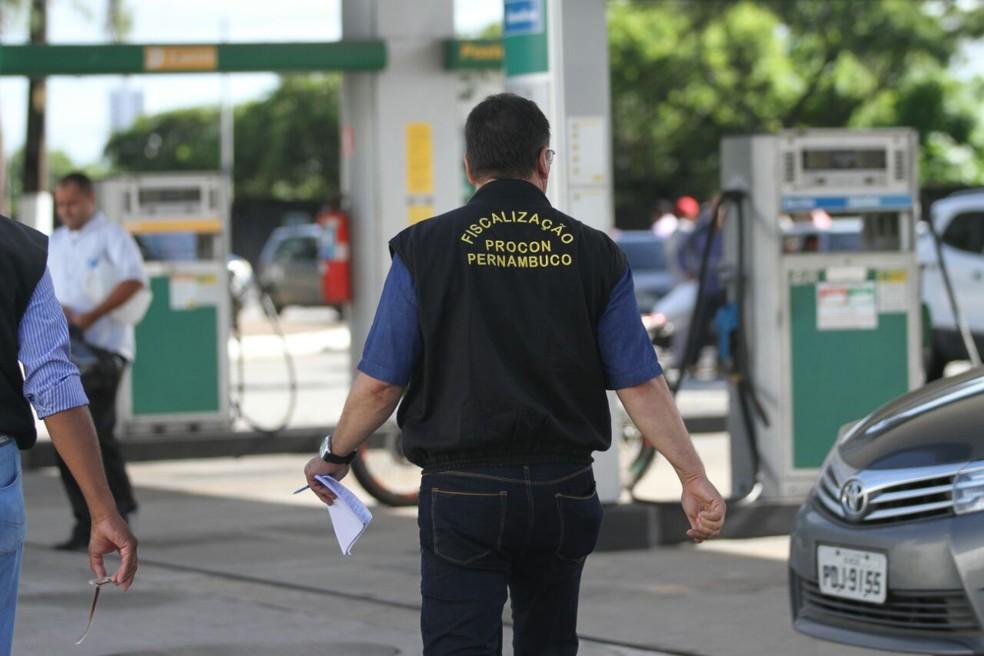 O Procon e a Secretaria de Justiça de Pernambuco realizam fiscalização em vários postos do Grande Recife para conter irregularidades no valor do combustível (Foto: Marlon Costa/Pernambuco Press)