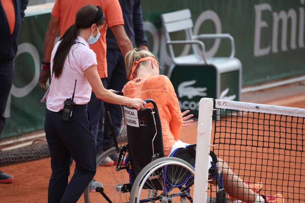 Kiki Bertens é retirada de quadra de cadeira de rodas em Roland Garros — Foto: Tim Clayton/Corbis via Getty Images