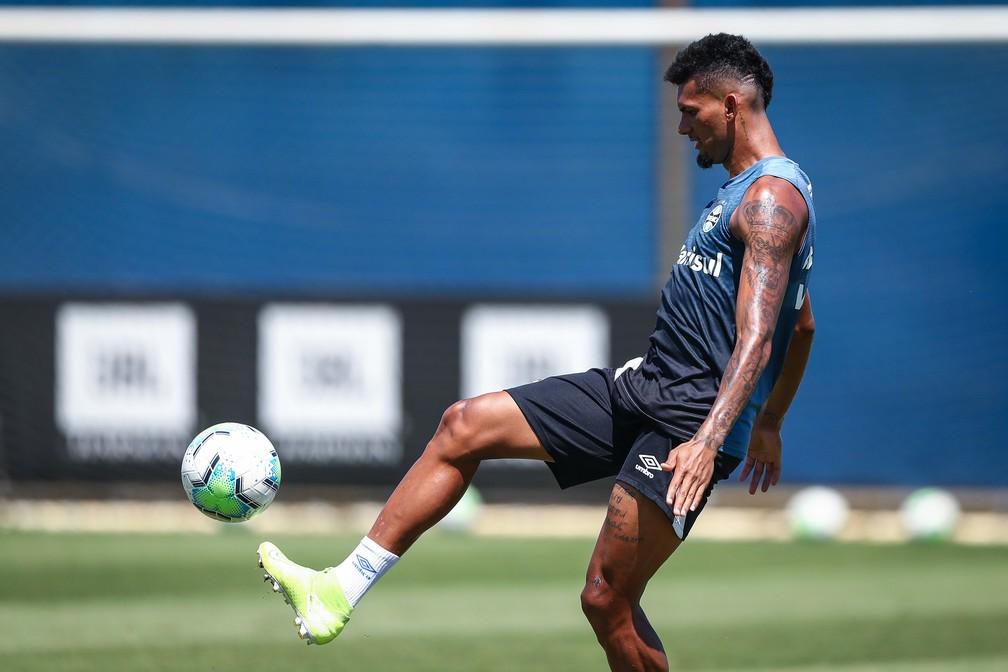 Rodrigues vira o ficha um no Grêmio após lesão de Geromel — Foto: Lucas Uebel/DVG/Grêmio