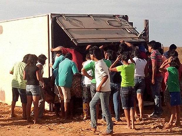 Segundo a PRF, os indígenas utilizaram 20 carros para transportar a carga (Foto: PRF-MT)