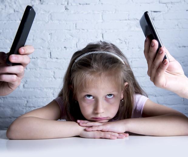 Em atividade da escola, crianças dos Estados Unidos reclamaram que os pais passam tempo demais em frente à tela do celular (Foto: Thinkstock)