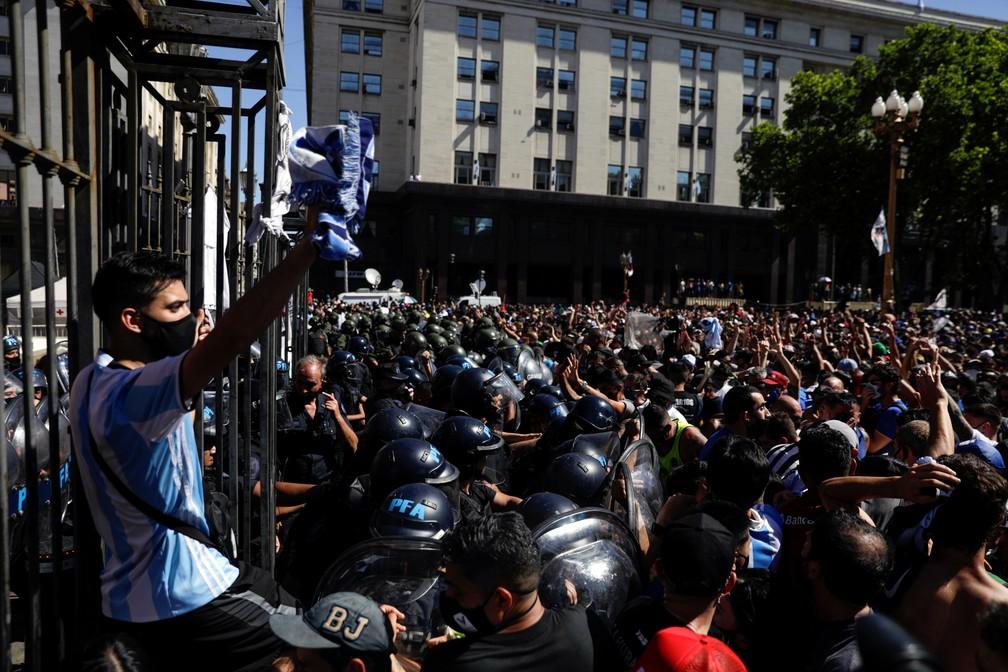 Polícia fechou portões da Casa Rosada para velório de Maradona por volta das 15h45 — Foto: Reuters