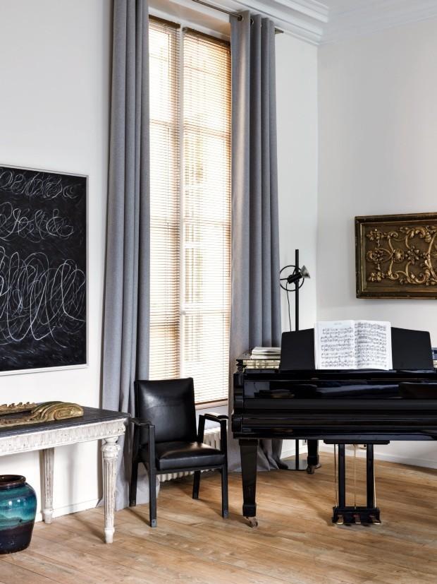 Um canto do living exibe lousa de Cy Twombly, aparador do séc. 18, poltrona de Jacques Adnet e piano da W. Hoffmann (Foto: STEPHAN JULLIARD)
