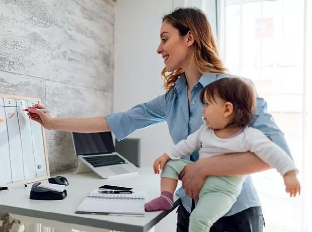 Mãe que trabalha fora (Foto: VGAJIC/Getty Images)