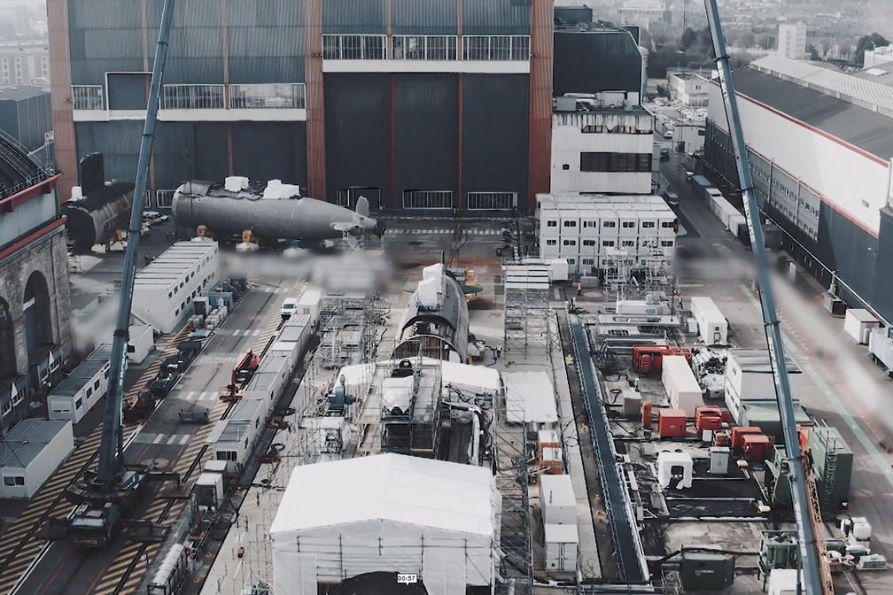 Seções diferentes do novo submarino francês que está sendo montado a partir do Perle, que pegou fogo no ano passado. Foto de 13 de abril — Foto: Naval Group/AFP Photo
