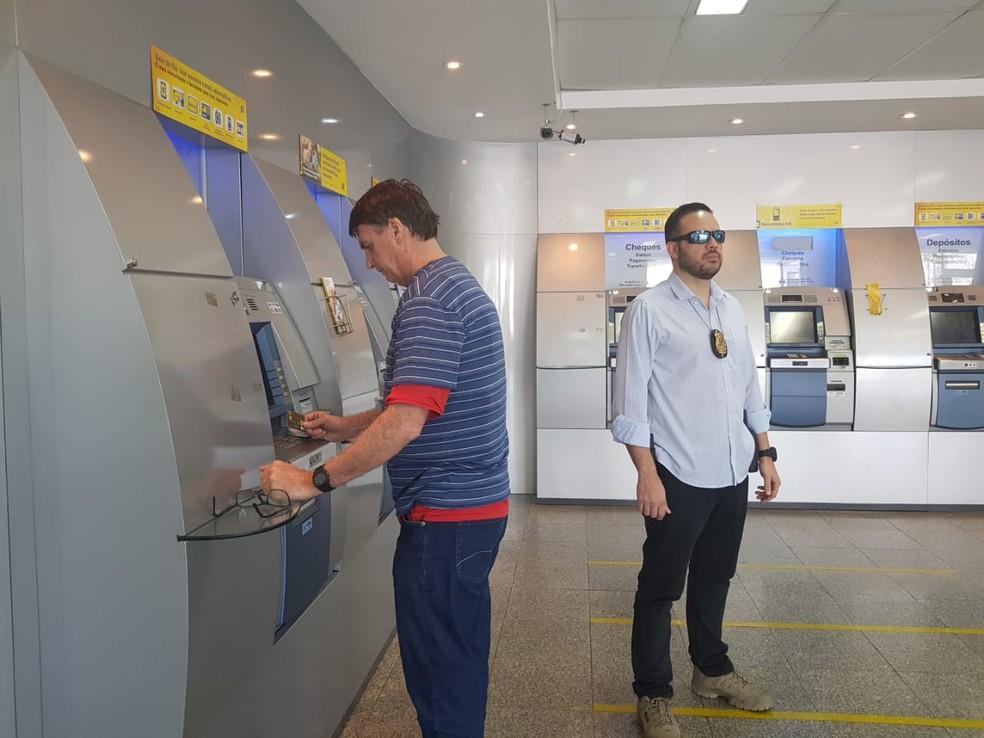 Bolsonaro saca dinheiro no banco — Foto: Assessoria de imprensa do presidente eleito