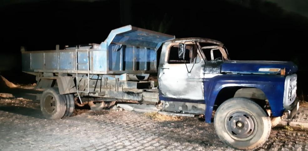 Caminhão é alvo de ataque criminoso no Bairro Jangurussu. — Foto: Leábem Monteiro/TV Diário