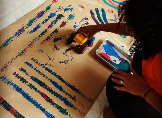 Mãe cria projeto para levar serviço de cuidadoras de crianças a mães com renda restrita