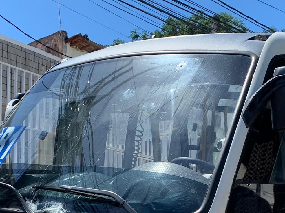 Microonibus ficou com marcas de tiros no para-brisa e na lataria, após troca de tiros entre policiais e suspeitos de assalto em Natal. — Foto: Anna Alyne Cunha/Inter TV Cabugi