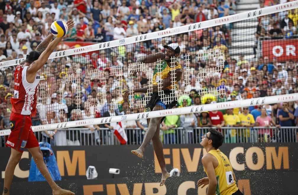 Evandro ataca marcado pelo austríaco Dopller (Foto: Divulgação/FIVB)