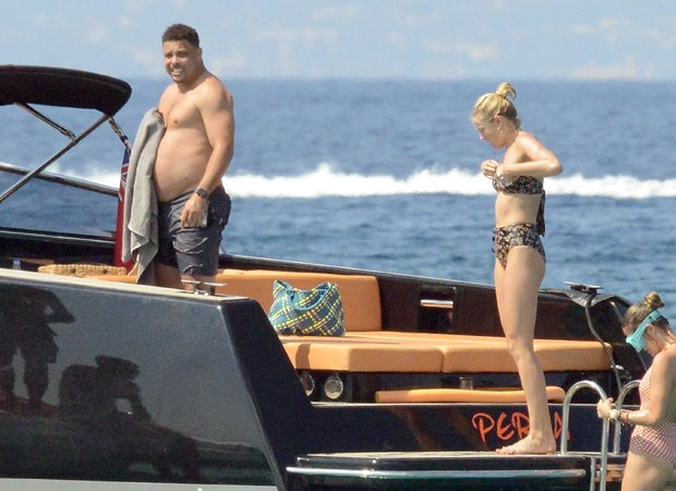 Ronaldo curte férias na Espanha com Celina Locks (Foto:  Backgrid)