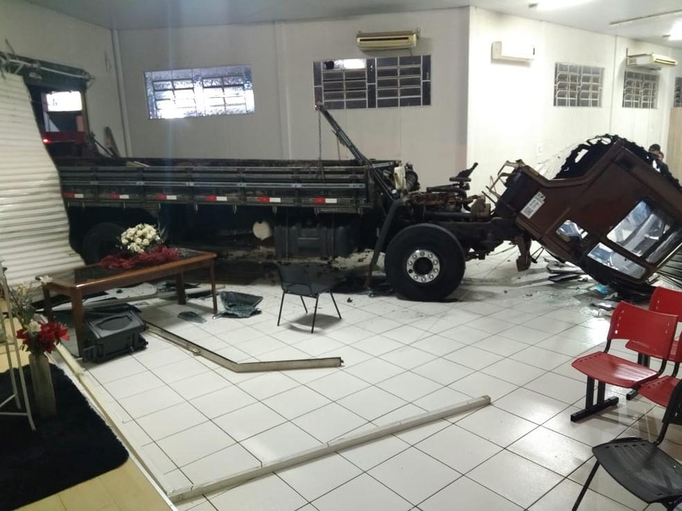 Caminhão dentro da igreja em Campo Grande (Foto: Rodrigo Grando/ TV Morena)