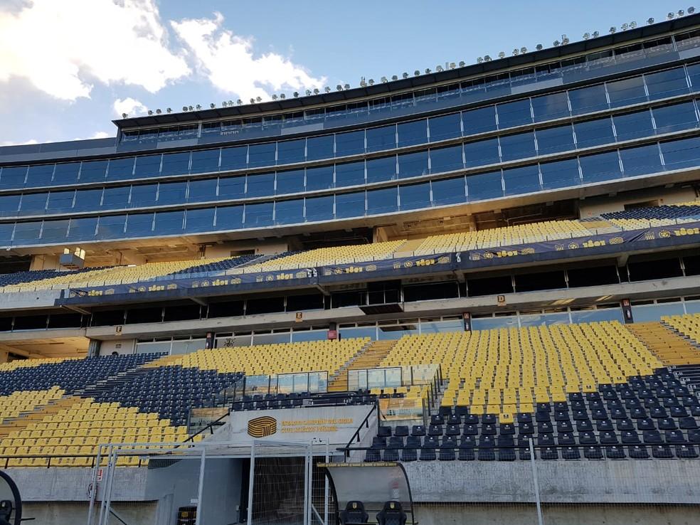 Um prédio alto abriga tribunas e cabines — Foto: Marcelo Baltar