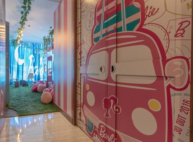 Dentro do quarto, tudo é decorado dentro do tema da boneca (Foto: Hilton Mexico City Santa Fé/ Reprodução)