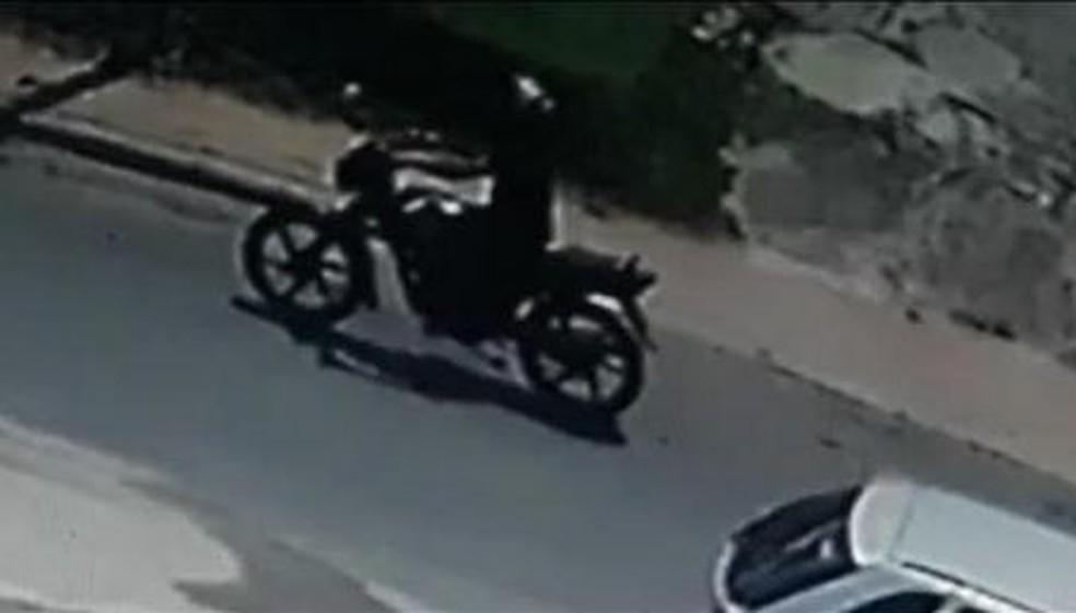 Câmeras de segurança de casas próximas onde o acidente ocorreu flagtaram o motociclista que atropelou Ana Paula — Foto: Reprodução