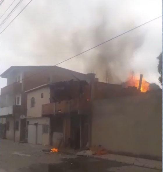 Jovem coloca fogo em casa com os pais dentro e foge em Vila Velha, ES