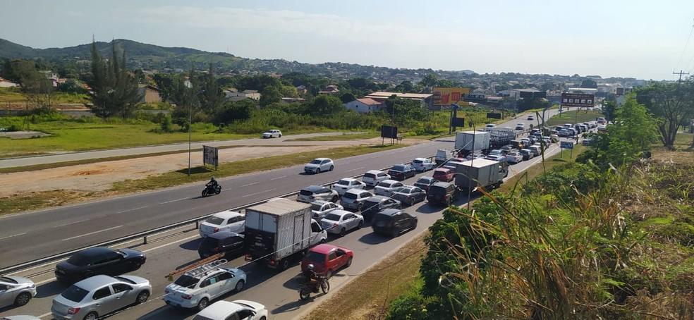 Entrada da Região dos Lagos tem engarrafamento em barreira sanitária nesta sexta-feira (26) — Foto: Paulo Veiga/Inter TV
