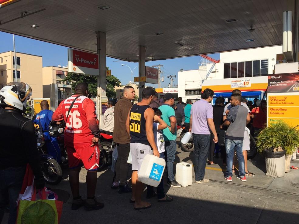 Munidos de galões e até de garrafas pet, motociclistas e motoristas buscam combustível (Foto: Narayanna Borges / GloboNews)
