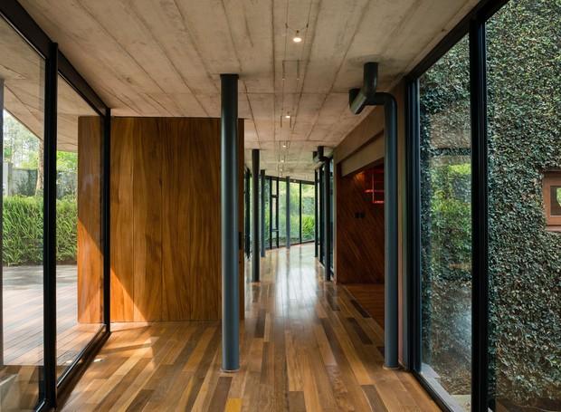 No interior, colunas sustentam o ambiente para que, por fora, a construção pareça flutuar (Foto: Andrés Asturias)