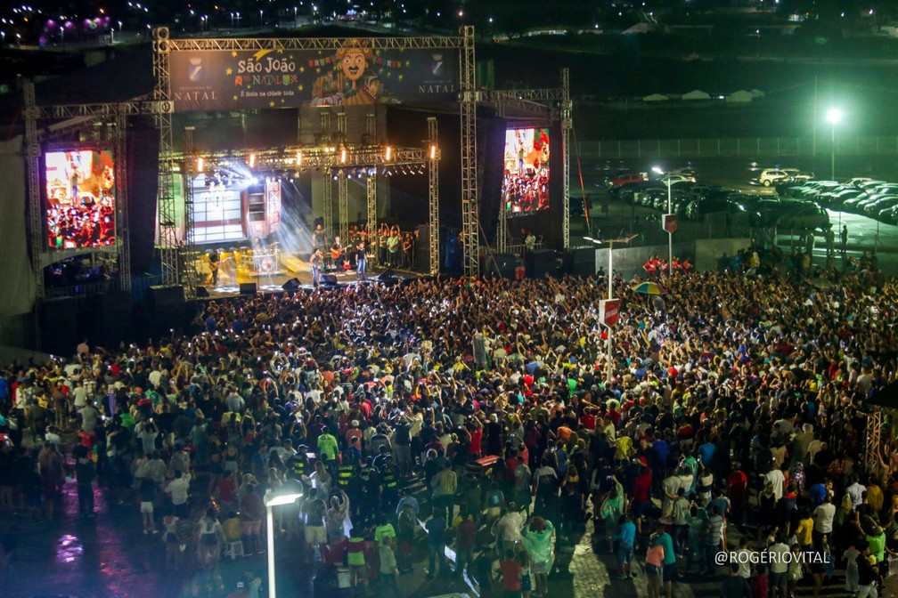 Mesmo sob chuva, público compareceu ao show de Zezé di Camargo e Luciano no São João de Natal, nesta quinta-feira (13) — Foto: Rogério Vital