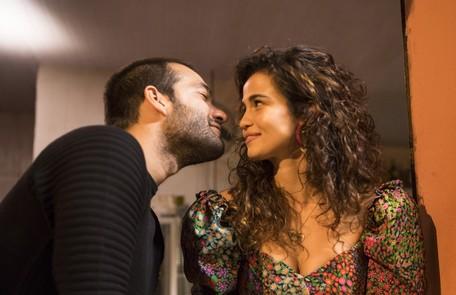 Na sexta (6), Érica (Nanda Costa) viajará para estudar em Paris, mas antes vai beijar Sandro (Humberto Carrão)  João Miguel Júnior/Divulgação