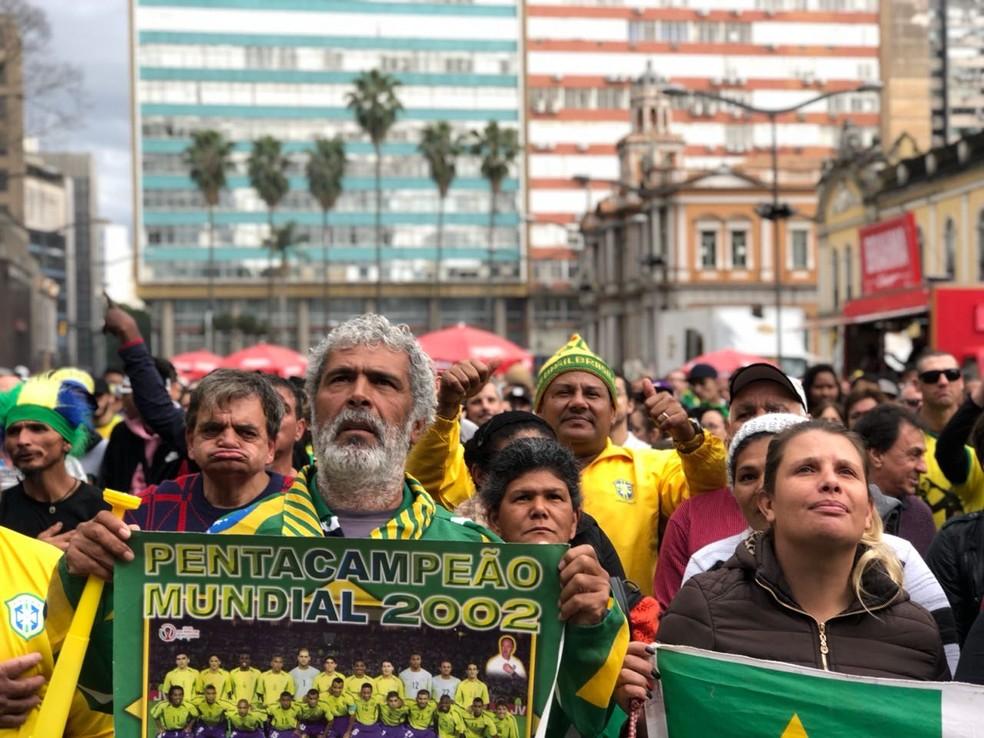 Torcedor levou o poster do penta para o Largo Glênio Peres, em Porto Alegre (Foto: Diego Guichard/G1 RS)