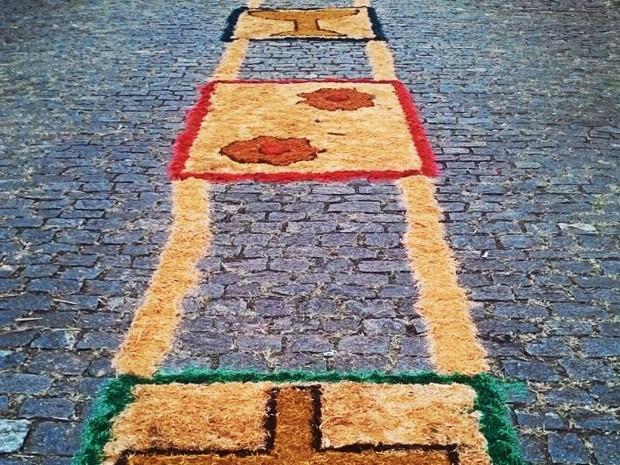 Tradição de enfeitar as ruas de Sabará envolve toda a comunicação por gerações (Foto: Aline Aguiar/TV Globo)