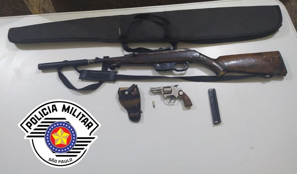 Arma é encontrada em carro oficial do Conselho Tutelar de Avaré  — Foto: Polícia Militar/Divulgação