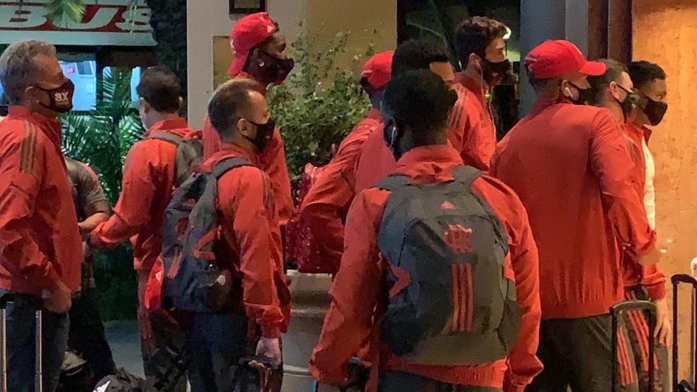 Jogadores do Flamengo aguardam na entrada do hotel em Buenos Aires — Foto: Raphael Sibilla